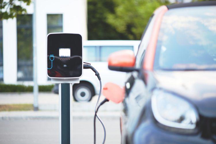Elektrisk bil bliver opladet ved ladestand