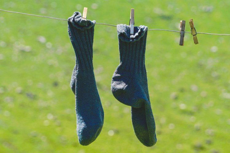 Et par blå sokker hænger til tøre