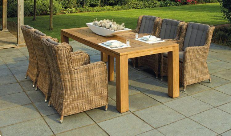 Terrasse til træhus hvor der står et udendørs spisebord